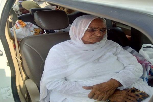 17 दिन बाद जेल में राम रहीम से मिलने पहुंची मां नसीब कौर