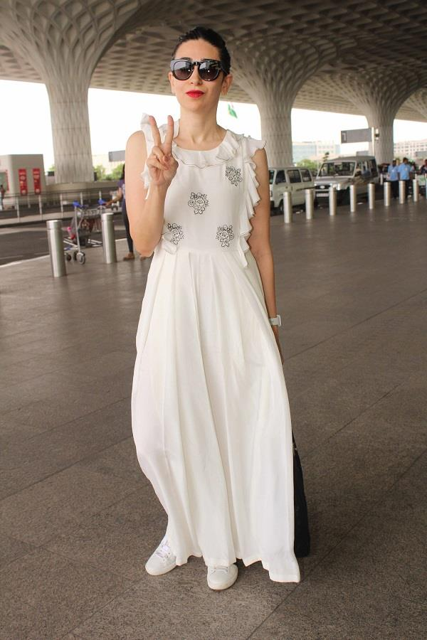 एयरपोर्ट पर स्पॉट हुई करिश्मा, व्हाइट ड्रैस में दिखी Gorgeous