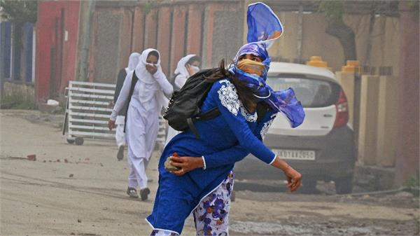 राजनाथ सिंह की हिदायत: नाबालिग पत्थरबाजों के साथ न करें अपराधियों सा सुलूक