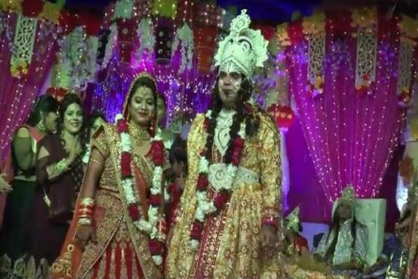 रामलीला का मंच बना मंडप, श्रीराम-सीता बने जोड़े ने रचाई रियल शादी