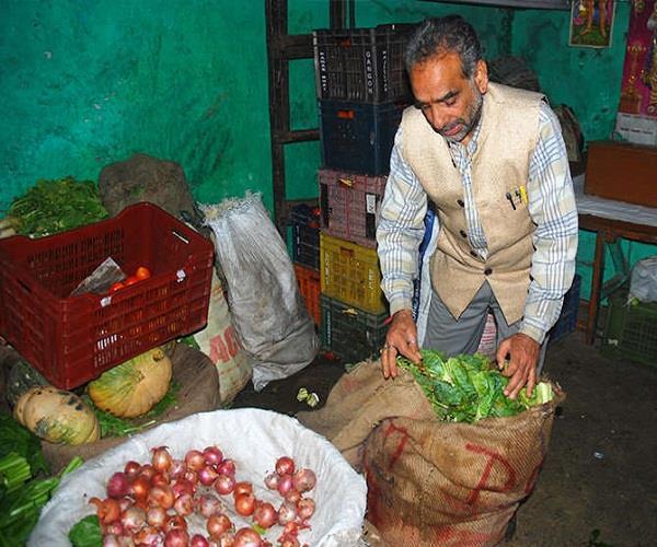 Watch Pics: आखिर क्यों यह रिटायर्ड IAS अफसर रोजाना बीनता है सब्जियां