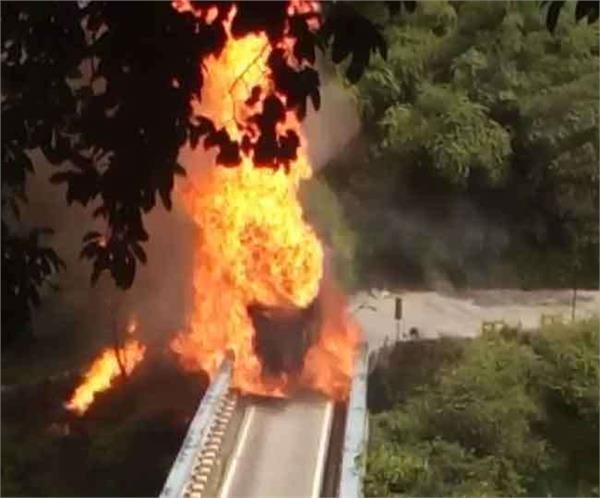 गैस सिलेंडर से भरे ट्रक में लगी भीषण आग, मचा हड़कंप