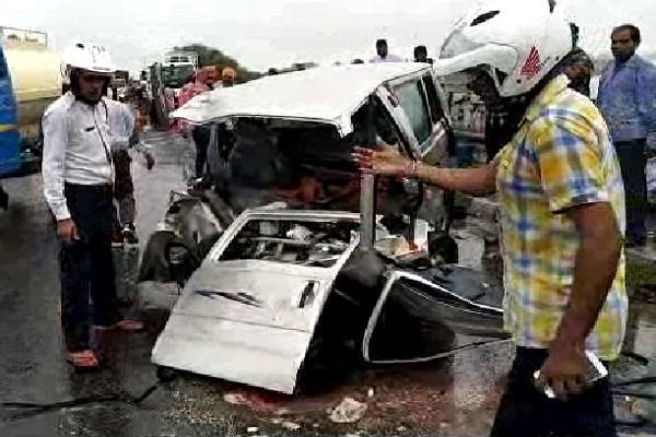 कार और वैन की जबरदस्त टक्कर, एक की मौत 5 घायल