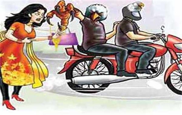 बाइक सवार ने झपटा महिला का पर्स