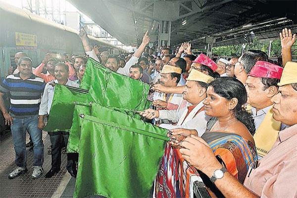 मंत्री व सांसद ने रांची-जयनगर एक्सप्रेस को दिखाई हरी झंडी