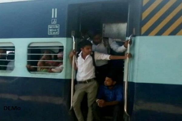 चलती ट्रेन में लुटेरों ने की फायरिंग