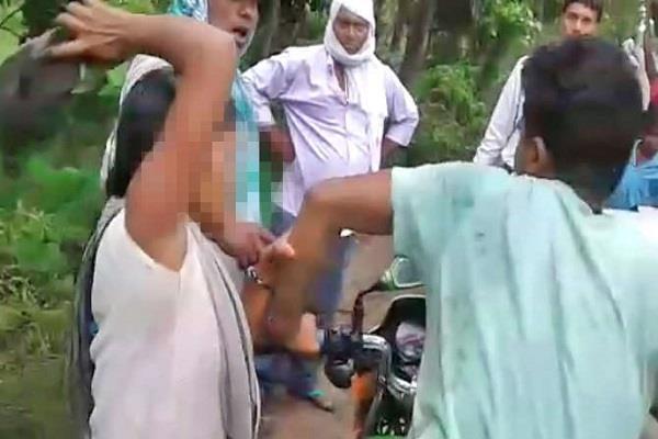 छात्रा ने छेड़छाड़ करते मनचले युवक को सिखाया सबक, सड़क पर चप्पल से की पिटाई