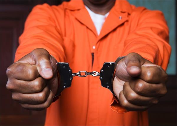 बैंक में पैसा जमा करवाने वाले लोगों को पुलिस ने नाका लगा किया गिरफ्तार
