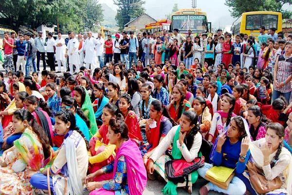 छात्रा की मौत पर गुस्साए छात्र-छात्राओं ने 3 घंटे किया चक्का जाम
