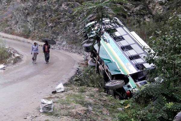 कोटखाई में हादसा : HRTC की बस पलटी, 6 घायल