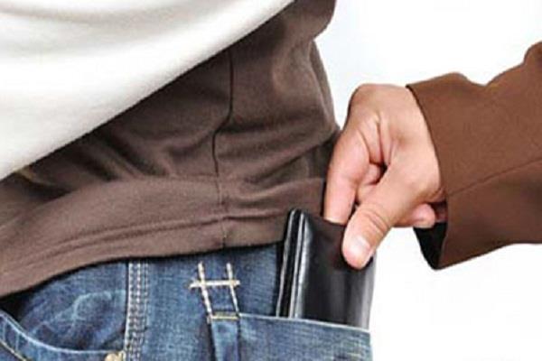 मां की फोटो देखकर चोर ने कोरियर करके लौटाया चोरी का पर्स