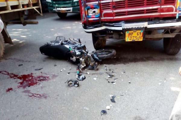 ट्रक-बाइक की टक्कर में उड़े बाइक के परखच्चे, एक PGI रैफर