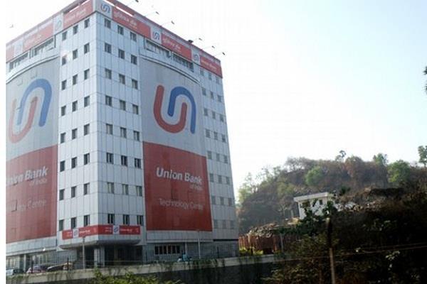 बंदूक की नोक पर बैंक से लूटे 90 लाख रुपए, सीसीटीवी फुटेज भी ले गए