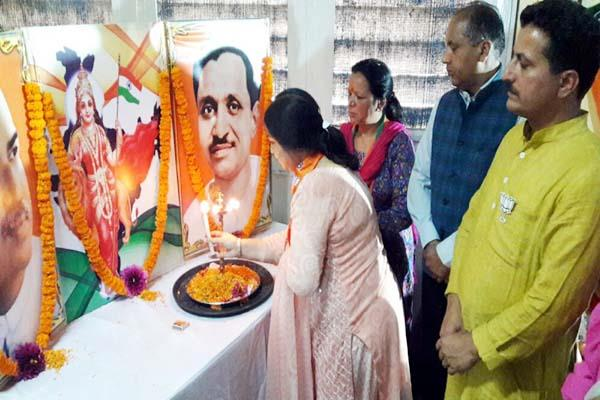 BJP महिला मोर्चा के निशाने पर वीरभद्र, कहा-देश व दुनिया में बदनाम किया देवभूमि का नाम