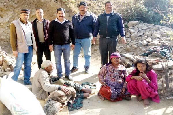 इनकी भी सुनो पुकार, भूखे मर रहे 2 परिवार