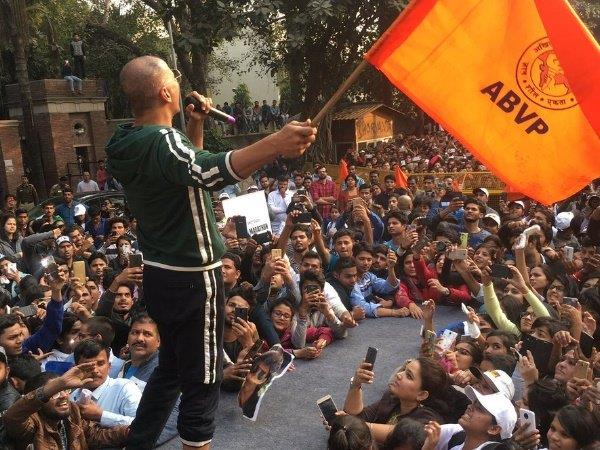 akhsay kumar get trolled for having abvp flag in his hand