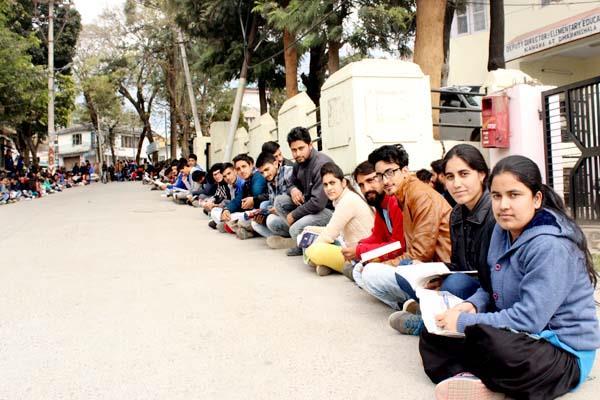 जब पढ़ने के लिए सड़क पर बैठ गए विद्यार्थी