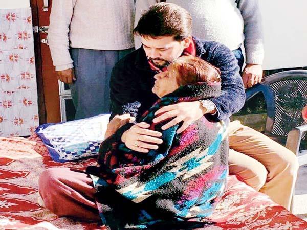 शहीद की मां से मिलकर भावुक हुए अनुराग ठाकुर, कहा-परिवार की मदद करेगी सरकार