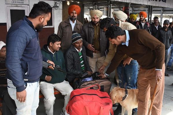 गणतंत्र दिवस व त्यौहारों के मद्देनजर स्टेशन पर चला सर्च अभियान