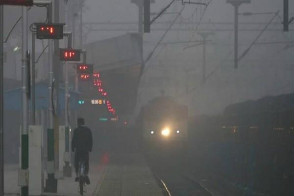 उत्तर भारत में ठंड का कहर जारी, कोहरे के चलते 18 ट्रेनें रद्द