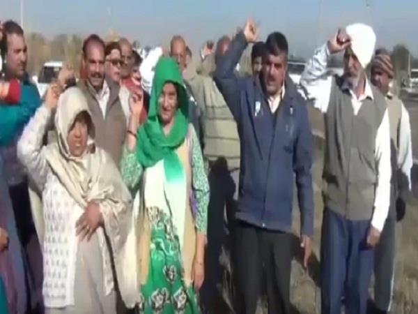 पाक की गोलाबारी से अंतरराष्ट्रीय सीमा के लोगों ने रेलवे विभाग के खिलाफ प्रदर्शन किया