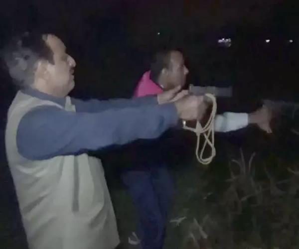 हापुड़ में पुलिस ने मुठभेड़ के बाद 2 बदमाशों को किया गिरफ्तार, कांस्टेबल घायल