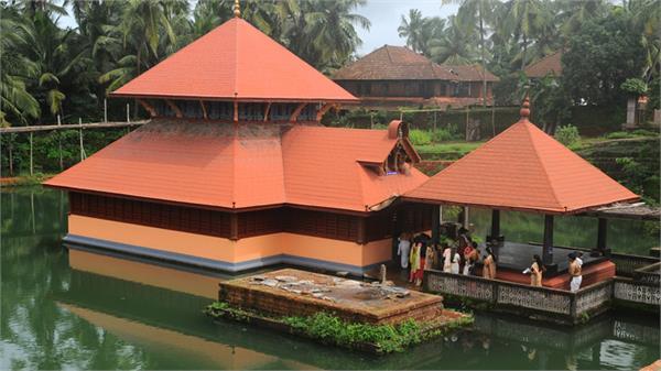कई सालों से मंदिर की रक्षा कर रहा मगरमच्छ, सिर्फ प्रसाद का करता है सेवन