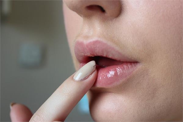Dark lips की वजह से न हो शर्मिंदा, अपनाएं ये घरेलू नुस्खे