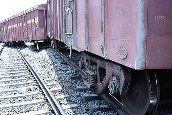 पटरी से उतरा माल गाड़ी का इंजन, रोहतक अौर दिल्ली रेलवे ट्रैक बाधित