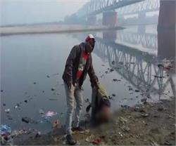 Watch video: रामगंगा किनारे कर रहे थे शौच, युवकों ने मुर्गा बनाकर दी गालियां
