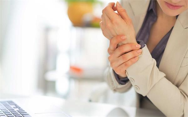 कलाई का दर्द मिनटों में दूर करेंगे ये उपाय