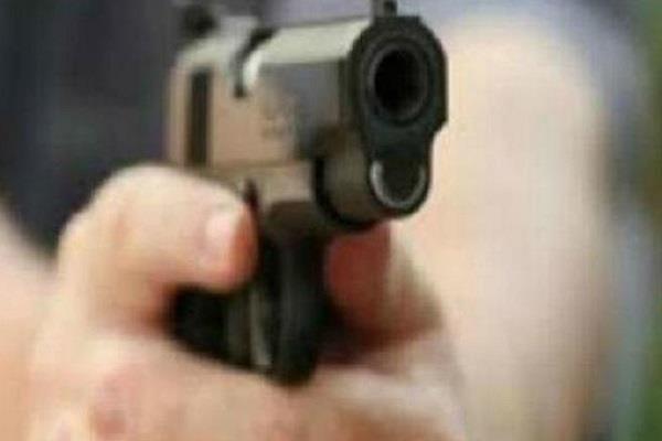 शराब देने से मना किया तो ठेके के कारिंदे पर चला दी गोली