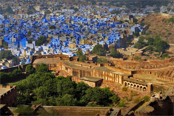 बेहद खूबसूरत है यह 'ब्लू सिटी', यहां लें ऐतिहासिक जगहों का मजा
