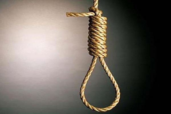 युवक ने पेड़ पर फंदा लगाकर की अात्महत्या