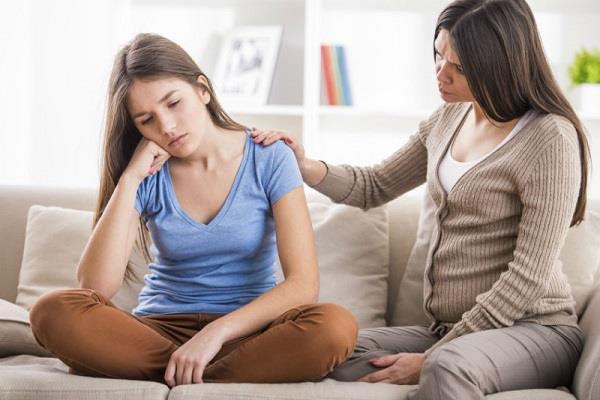 शर्माने के बजाए इन तरीकों से सुलझाएं बेटी की पीरियड्स प्रॉब्लम