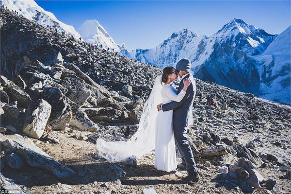 इस कपल ने दुनिया की सबसे ऊंची चोटी पर की शादी