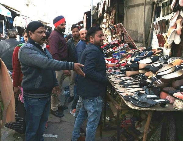 तहबाजारी टीम कब्जे में लिया बाजारों में अतिक्रमणों का सामान
