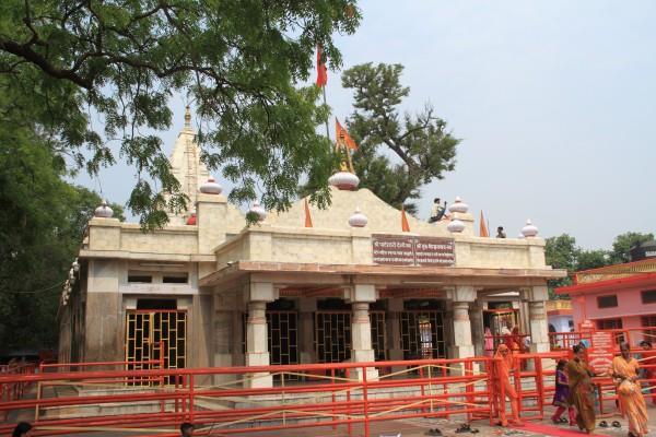 देवी सती के इस मंदिर में भक्तों से पहले पशु-पक्षियों में बंटता है प्रसाद