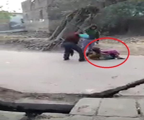 शर्मनाकः सरेआम सड़क पर पिटती रही महिला, देखते रहे लोग