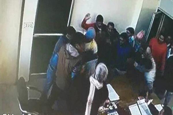 ITI में तोड़फोड़ के दूसरे दिन अध्यापकों ने दिया धरना, सुरक्षा बल तैनात