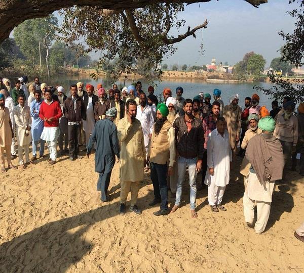 गांव वासियों ने छप्पड़ों में गंदा पानी डालने का किया विरोध