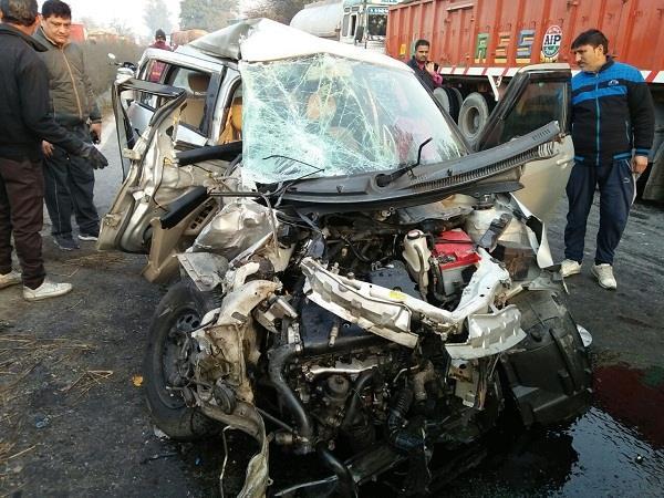 एक साथ टकराए 3 वाहन, कार ड्राइवर व महिला सहित 6 घायल