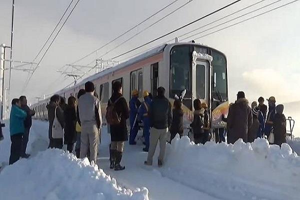 जापान में भारी बर्फबारी, 15 घंटे तक ट्रेन में फंसे रहे 430 लोग