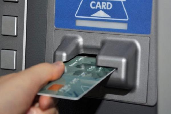 ATM कार्ड बदलकर खाते से उड़ाए 42,800 रुपए