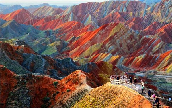 ये हैं सात रंगों वाले पहाड़, जिन्हें देख नहीं कर पाएंगे विश्वास