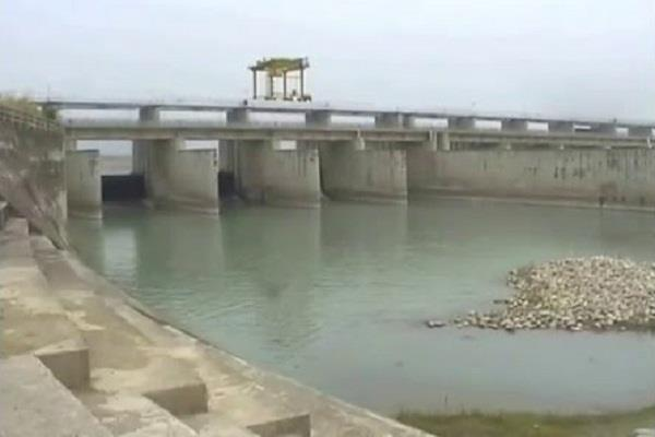 यमुना में घटते जलस्तर ने बढ़ाई चिंता, UP की पानी सप्लाई बंद