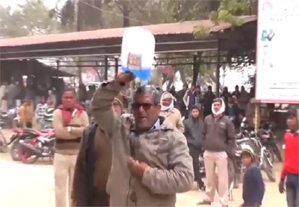 न्याय नहीं मिलने से दुखी किसान ने तहसील में किया आत्महत्या का प्रयास, मूक दर्शक बने रहे अधिकारी