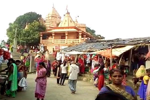मकर संक्रांति पर गंगा स्नान के लिए घाटों पर उमड़ी भक्तों की भीड़
