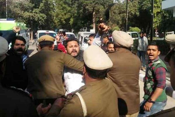 CM खट्टर के कार्यक्रम में NSUI का प्रदर्शन, पुलिस ने हिरासत में लिए कई कार्यकर्ता