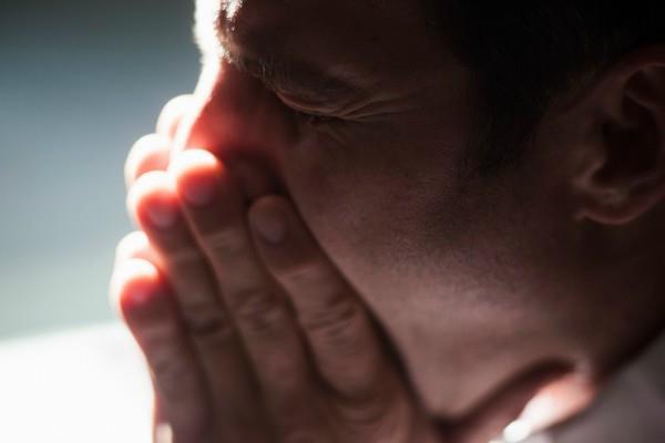 छींक को जबरदस्ती रोकना बना घातक, चली गई युवक की जान